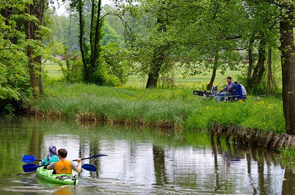 Paddler und Angler an der Radduscher Buschmühle